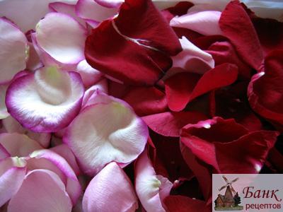 Как украсить праздничный стол лепестками роз, фото