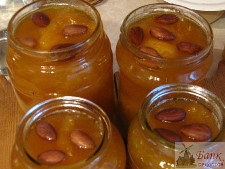 Варенье из абрикосов варим в конце августа, когда можно купить последние фрукты.  Можно использовать для этого даже...